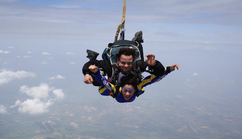 Probier den Sinnesrausch des freien Falls aus mit einem Fallschirmsprung zwischen den Wolken Siziliens